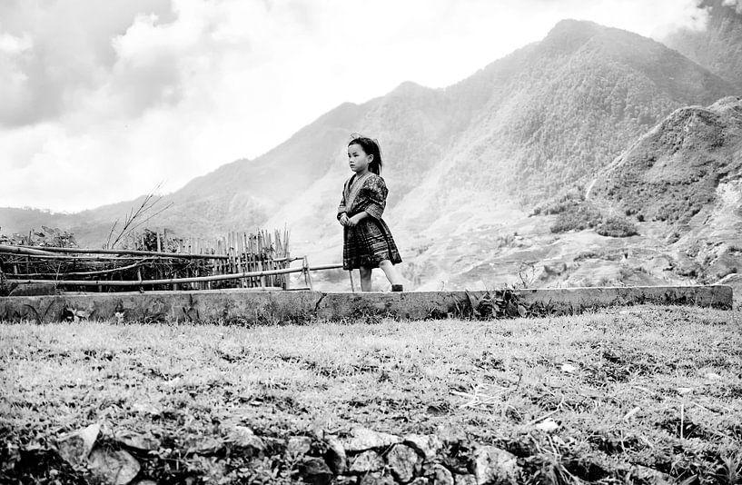 Sapa Girl (black and white) van Rik Engelgeer