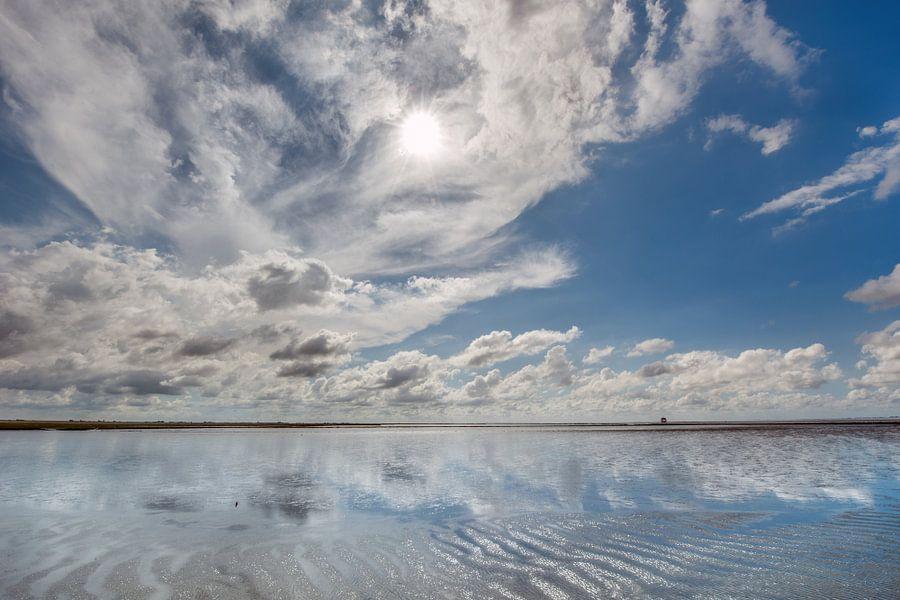 Wolkenschouwspel boven de Waddenzee nabij Holwerd