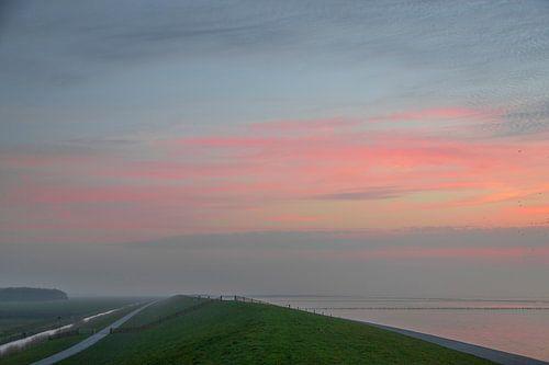 Zonsondergang bij waddenzee van