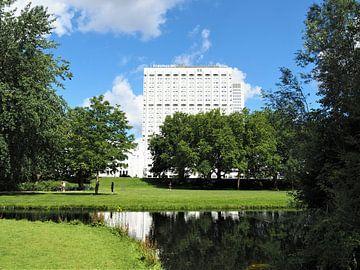 In het Park van Rotterdam staat Erasmus Mc als toonbeeld van de corona crisis. van Valentijn Meeuwis