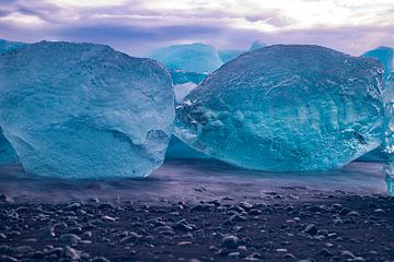 Diamond Beach bei Jökulsárlón , Island. Landschaft von Gert Hilbink