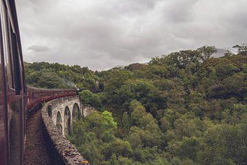 Over de beroemde Glenfinnan viaduct (Harry Potter) II van Geke Woudstra
