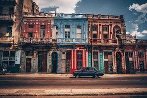 Oude Lada in de straten van Havana (Cuba) van