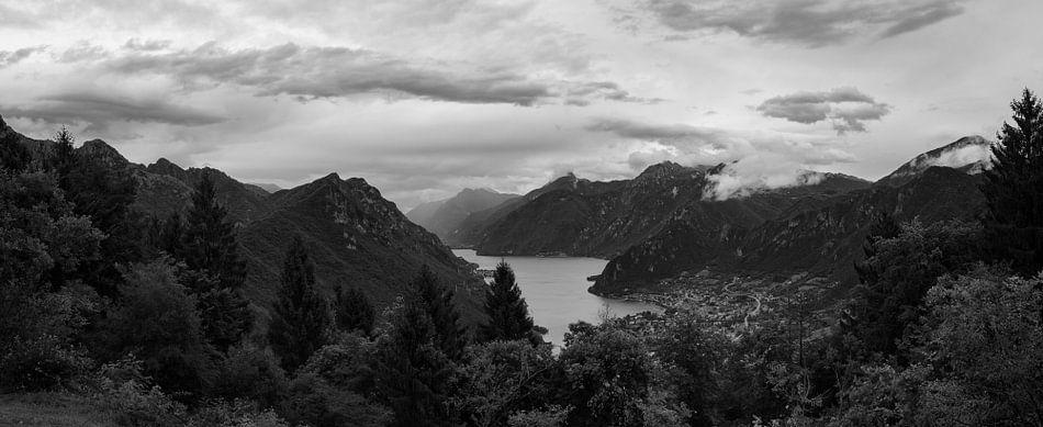 View of Lake Idro and Crone van Luis Fernando Valdés Villarreal Boullosa