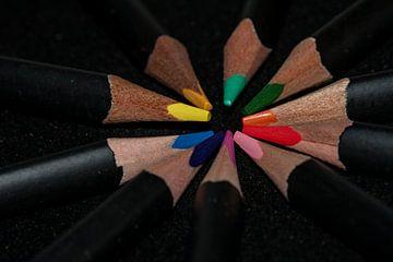 Potlood kleuren op een zwarte achtergrond van JM de Jong-Jansen