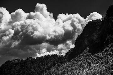 Des nuages au-dessus des montagnes