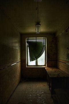 Een oud en eng verlaten raam in een verlaten gebouw van Melvin Meijer
