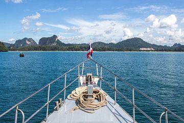 Neus van de boot op zee in Thailand van Anne Zwagers