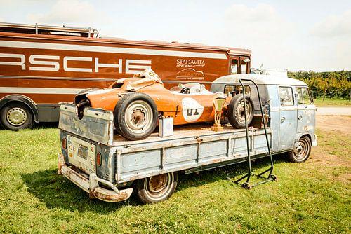 Volkswagen Transporter pick up VW T2  met een Porsche Formule racewagen van Sjoerd van der Wal