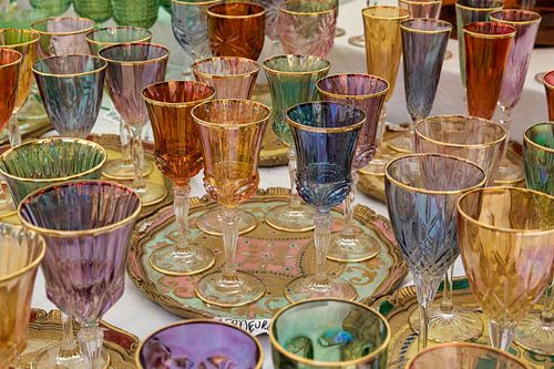 Gekleurde wijnglazen op tafel