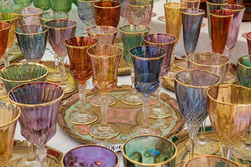 Gekleurde wijnglazen op tafel van Jacques Jullens