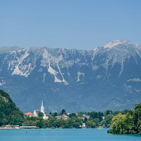 View on Lake Bled with Martinschurch and Julian Alps van Rob van der Pijll