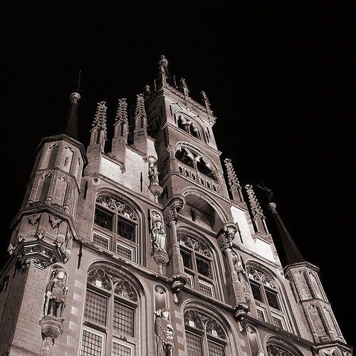 Stadhuis Gouda in de nacht.