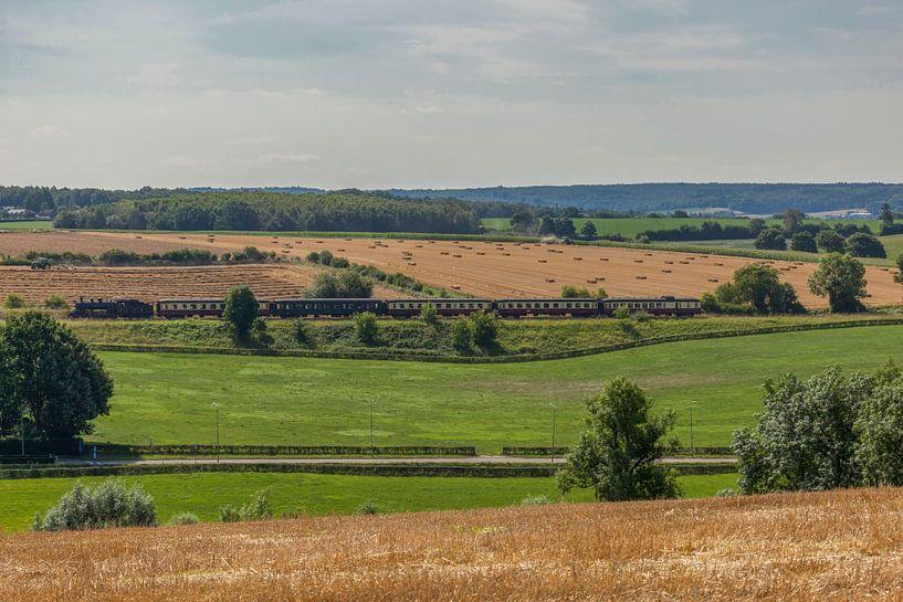 Train à vapeur à travers les collines du sud du Limbourg sur John Kreukniet