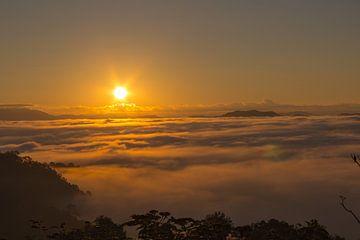 zonsopgang in Phongsali, Laos van Jill De Neef