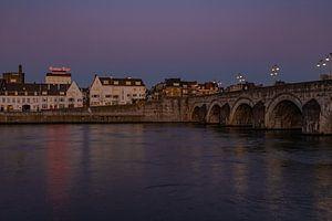 Zonsondergang over rivier de Maas en stadsdeel Wyck en Sint Servaas brug in Maastricht van Kim Willems