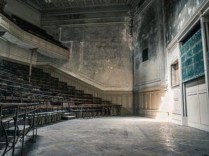 Hörsaal im Gebäude der Universität für abgelaufene Studiengänge in Belgien