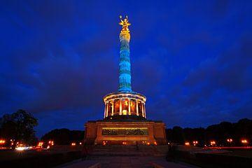 Die Berliner Siegessäule in blauem Licht