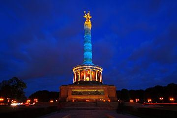 De Berlijnse Overwinningskolom in blauw licht