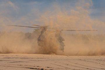 ChinookCH-47 van de Koninklijke Luchtmacht (de D-106) is zojuist geland op GLV V waarbij flink wat s van Jaap van den Berg