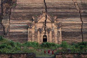 Drie monniken beklimmen de trappen van de Mingun Pagoda ten noorden van Mandelay van