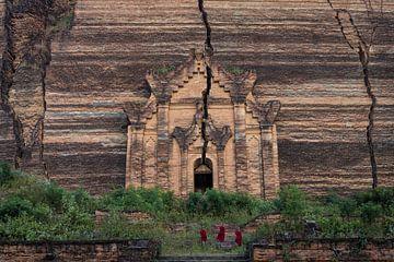 Drie monniken beklimmen de trappen van de Mingun Pagoda ten noorden van Mandelay van Wout Kok
