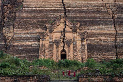 Drie monniken beklimmen de trappen van de Mingun Pagoda ten noorden van Mandelay