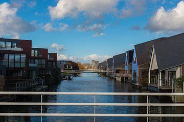 Huisjes aan het water van Brian Morgan