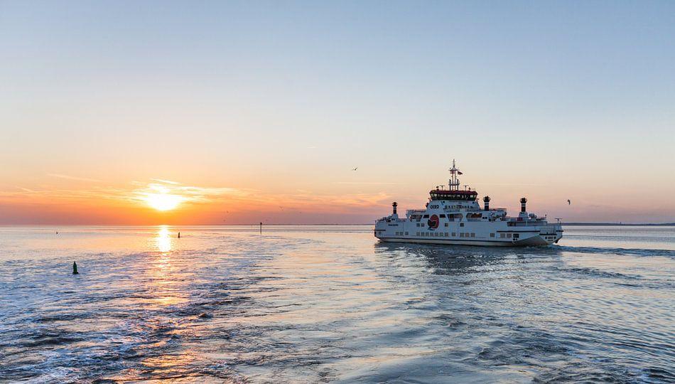 Veerboot Ameland tijdens Zonsondergang van Frenk Volt
