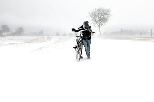 Meisje met fiets in sneeuwstorm in Zeeland