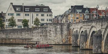 Maastricht met uitzicht op deel Sint Servaasbrug van Rob van der Pijll