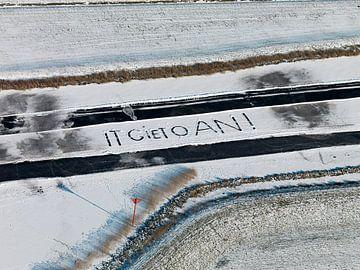 Tekst It giet aon in de sneeuw geschreven. Beroemde tekst van ijsmeester bij het doorgaan van de elf van Sky Pictures Fotografie
