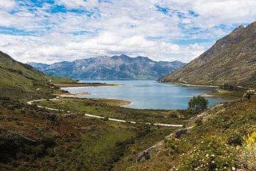 Blick auf einen See in den Bergen von Linda Schouw