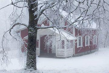 Schwedisches Haus im Schnee von Arthur van Iterson
