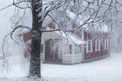 Zweeds huisje in de sneeuw