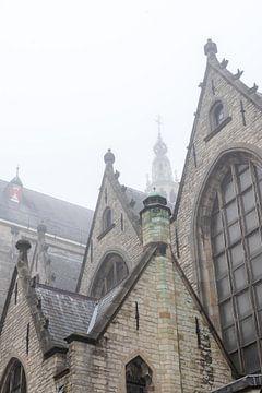 Die Kirche St. Johannes in Gouda im Nebel von Remco-Daniël Gielen Photography