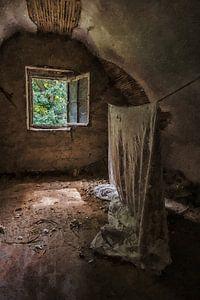 Die hängende Leinwand in einem verlassenen Haus
