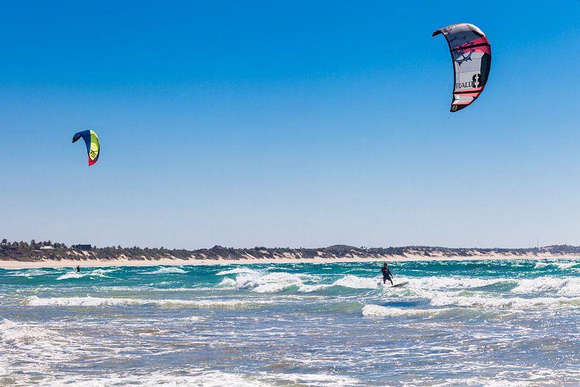 Kitesurfers in Tofo, Mozambique van Bart van Eijden