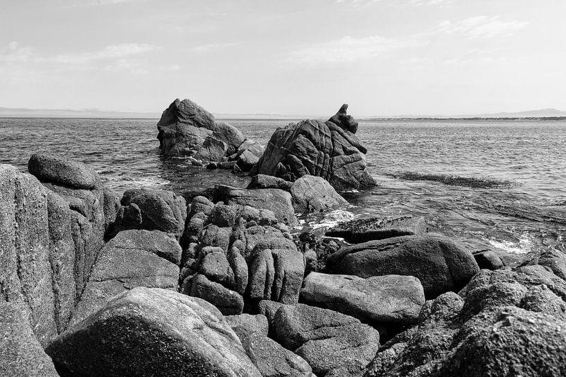 Rotsen in de grote Oceaan - Zwart / Wit  (D) van Remco Bosshard