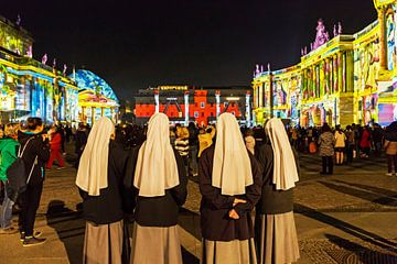 Quatre religieuses visitent la Bebelplatz de Berlin