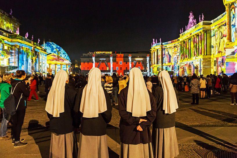 Vier nonnen bezoeken de Berlijnse Bebelplatz van Frank Herrmann