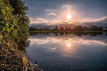 Avondzon boven het meer van Michael Nägele