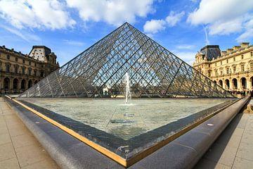Louvre piramide vanuit de hoek van Dennis van de Water