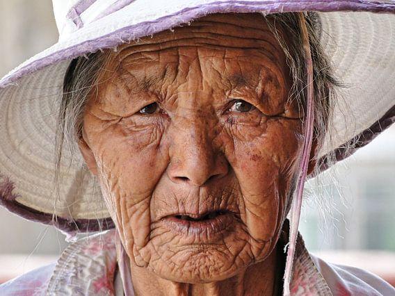 Oude dame in Lhasa, Tibet