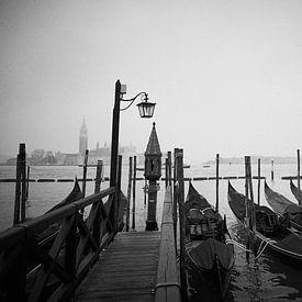 Venetiaanse gondels in avondlicht van Karel Ham
