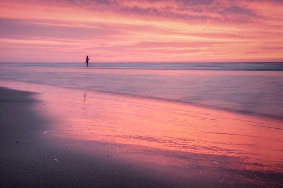 Alleen in de rode zee van Schiermonnikoog van Martijn van Dellen
