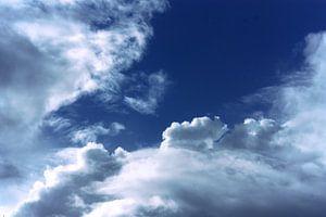 Wolken en een blauwe hemel