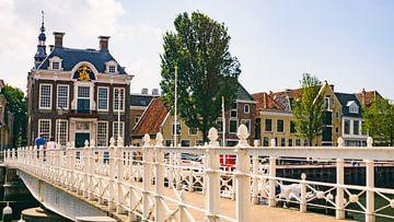 De oude haven in Harlingen, Nederland van Visiting The Dutch Countryside
