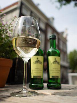 Een gezellig terrasje en een lekker glaasje wijn.