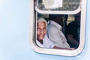 Sri Lankaanse vrouw met de blauwe ogen. van Rebecca Gruppen